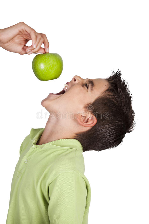 Muchacho aislado que come la manzana imágenes de archivo libres de regalías