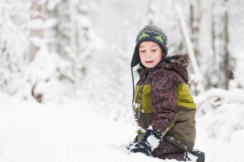 Muchacho al aire libre que juega en la nieve fotos de archivo