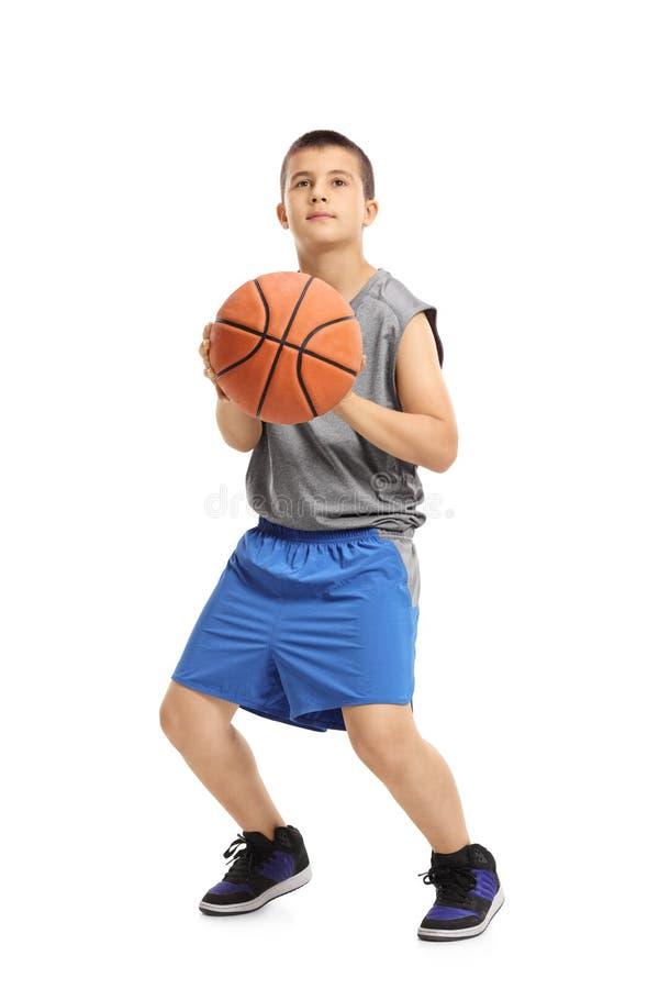 Muchacho alrededor para lanzar un baloncesto foto de archivo