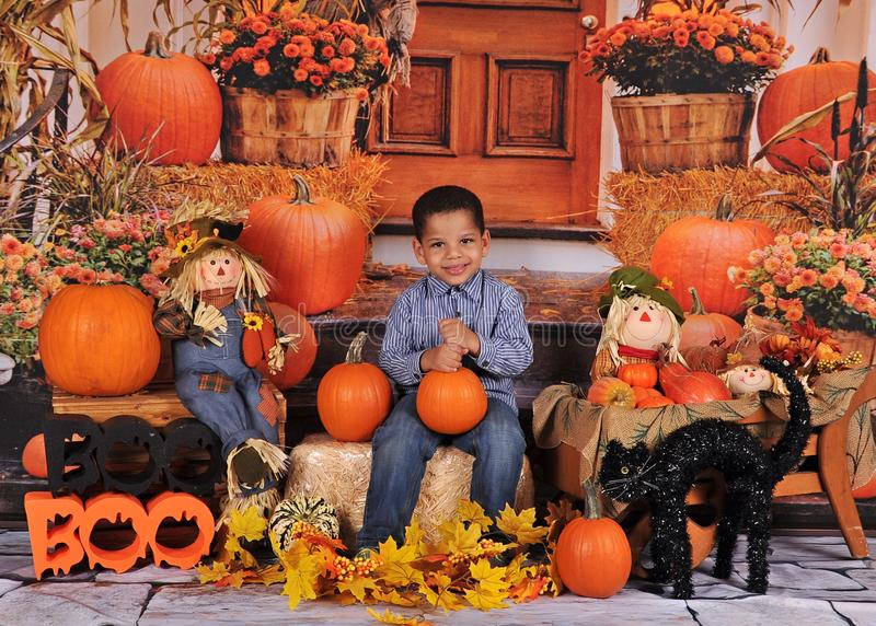 Muchacho amercian africano adorable que presenta en Halloween imágenes de archivo libres de regalías