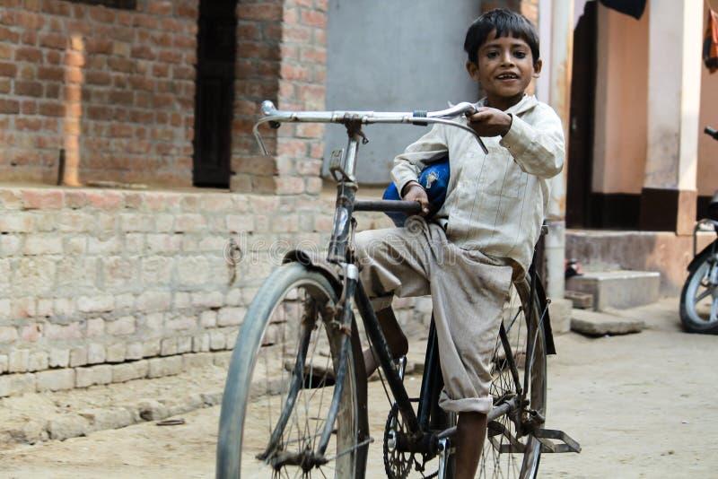 Muchacho asiático con el montar a caballo del ciclo. imagen de archivo