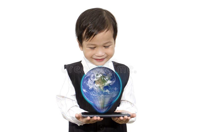 Muchacho asiático con los elementos elegantes o del holograma del globo del teléfono 3D a mano foto de archivo