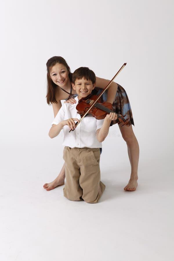 Muchacho asiático del hermano y de la hermana con el violín fotos de archivo
