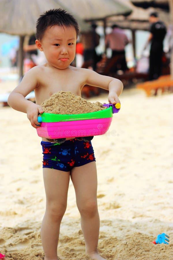 Muchacho asiático en la playa imágenes de archivo libres de regalías
