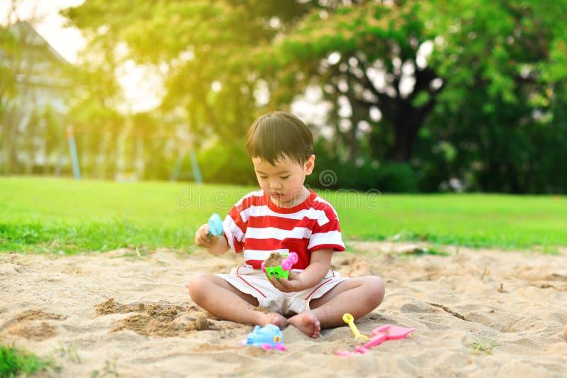 Muchacho asiático feliz en patio imagen de archivo libre de regalías