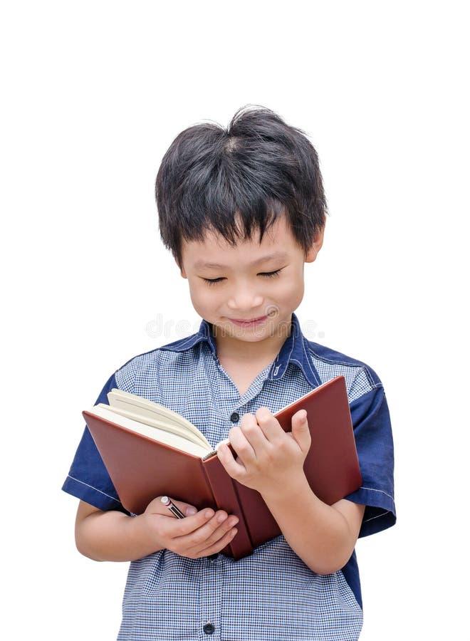 Muchacho asiático feliz que lee un libro foto de archivo