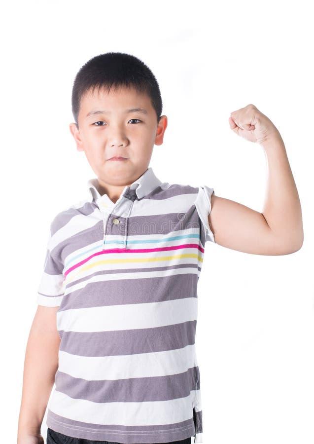 Muchacho asiático fuerte que muestra apagado su bíceps que dobla los músculos su brazo, aislado en el backgroun blanco fotos de archivo libres de regalías