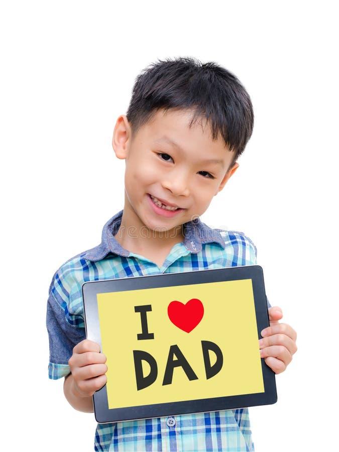 Muchacho asiático que sostiene una tableta con el papá del amor fotografía de archivo libre de regalías