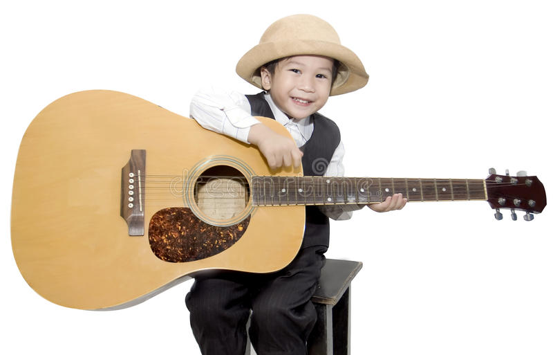 Muchacho asiático que toca la guitarra en fondo blanco aislado imagenes de archivo