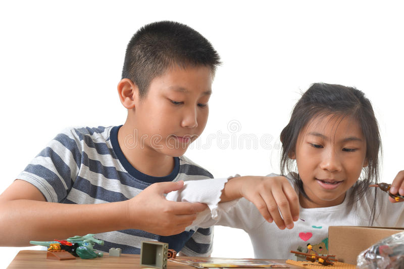Muchacho asiático y muchacha que juegan lego en blanco fotos de archivo libres de regalías