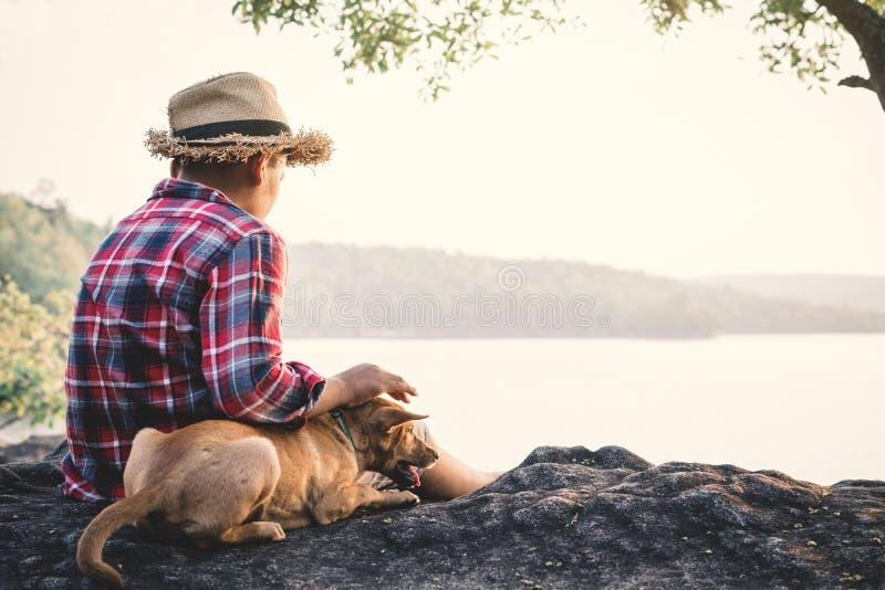 Muchacho asiático y perro del momento relajante en naturaleza fotos de archivo libres de regalías