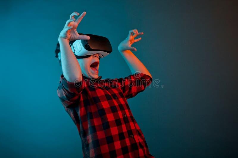 Muchacho asustado en auriculares de VR imagenes de archivo