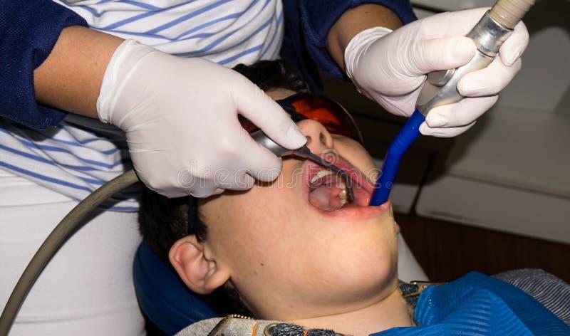 Muchacho autístico en el tratamiento dental paréntesis Cuidado médico imagenes de archivo