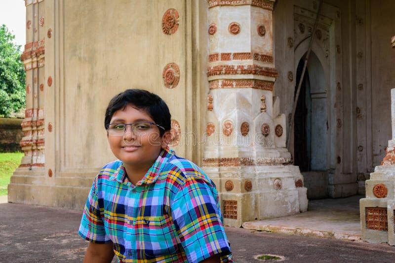Muchacho bengalí joven delante de los templos hindúes antiguos o de la terracota imágenes de archivo libres de regalías