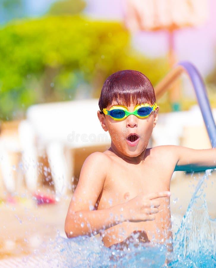 Muchacho bonito en la piscina fotos de archivo libres de regalías