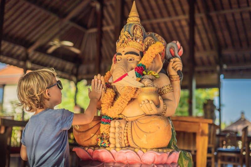 Muchacho caucásico alto-cinco Ganesha Hacer frente al cul occidental y del este fotos de archivo libres de regalías