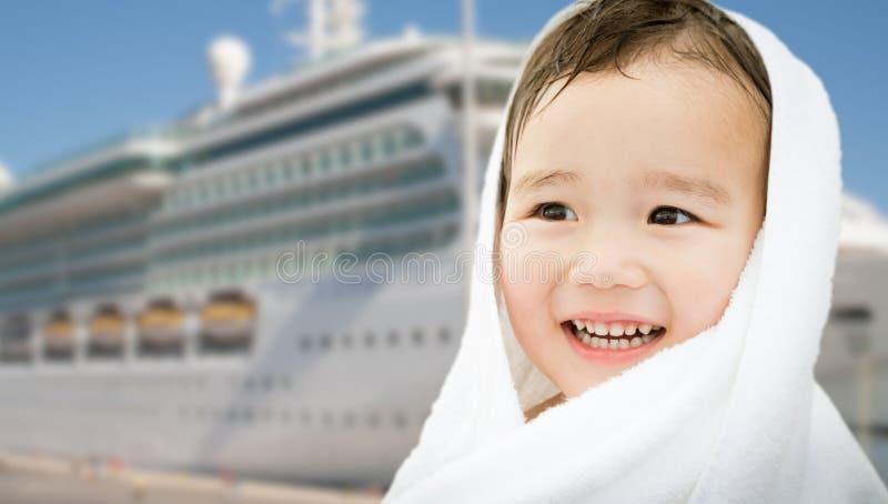 Muchacho chino de la raza mixta feliz cerca del barco de cruceros fotos de archivo libres de regalías