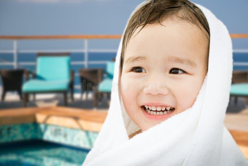 Muchacho chino y caucásico de la raza mixta linda feliz en el barco de cruceros foto de archivo