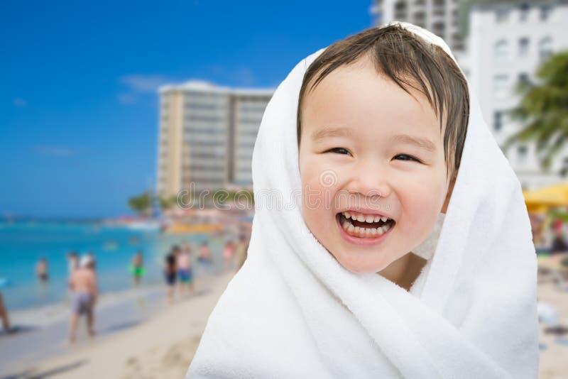 Muchacho chino y caucásico de la raza mixta linda feliz en la playa de Waikiki fotos de archivo libres de regalías
