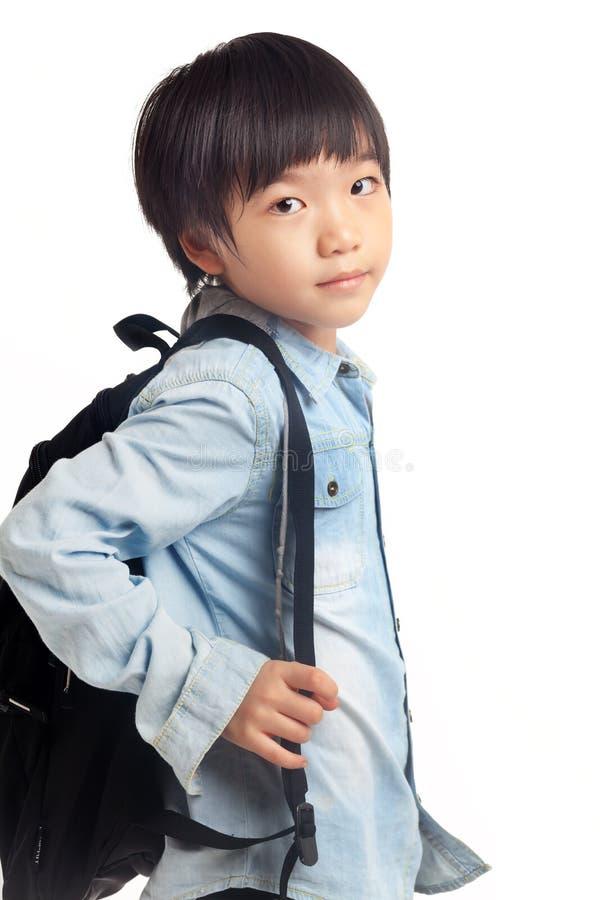 Muchacho con el bolso de escuela imagenes de archivo