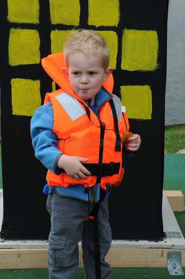 Muchacho con el chaleco salvavidas fotografía de archivo