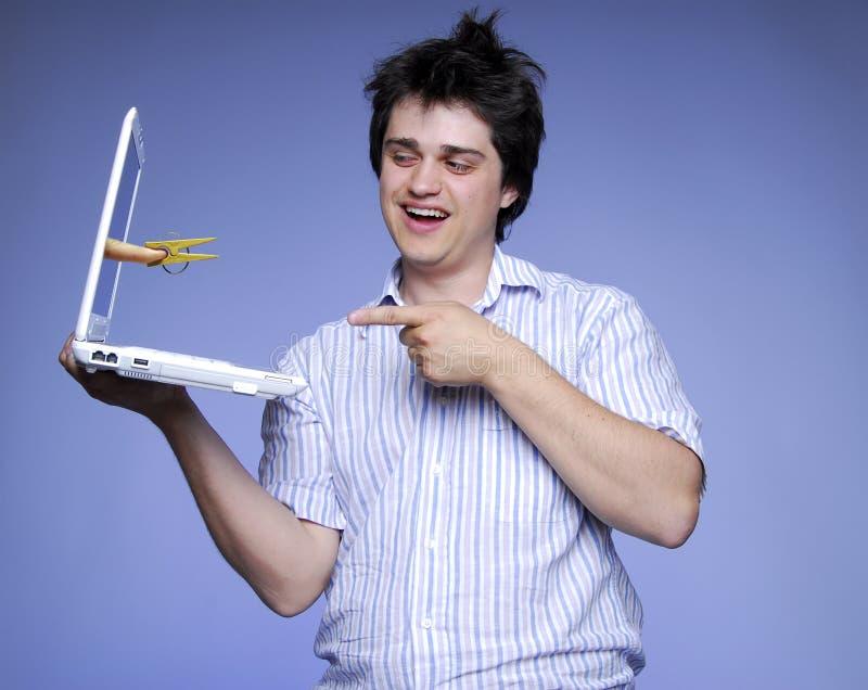 Muchacho con el cuaderno y clothespin en el dedo adentro. fotos de archivo libres de regalías