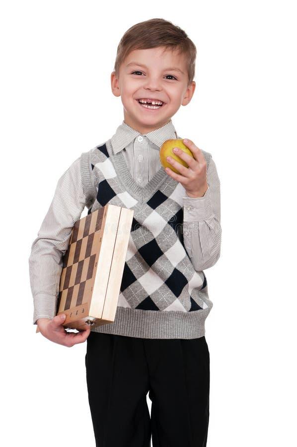 Muchacho con el tablero de ajedrez imagen de archivo libre de regalías