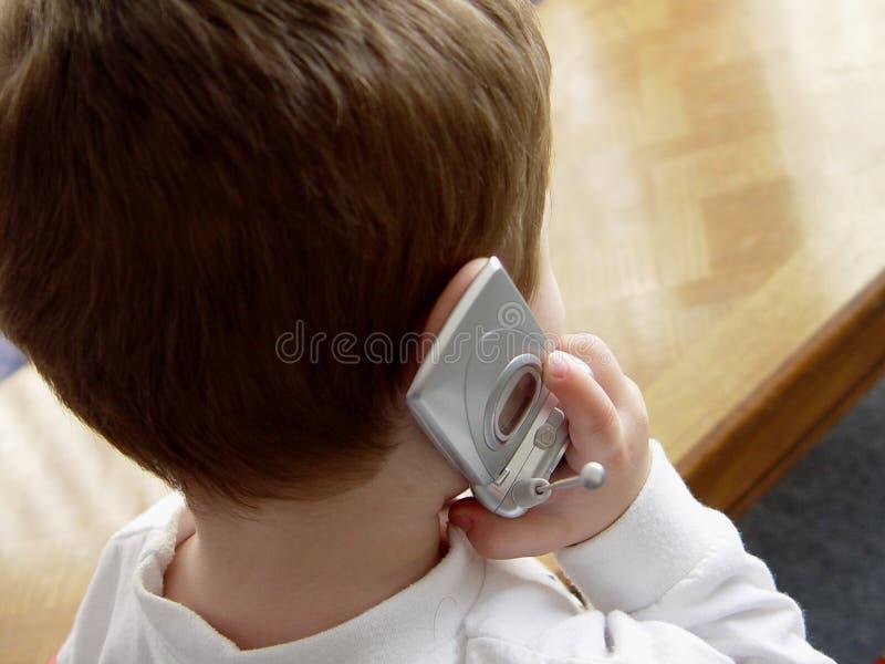 Muchacho con el teléfono celular fotos de archivo