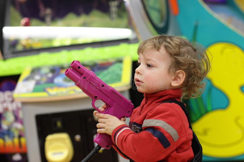 Muchacho con la arma de mano fotografía de archivo