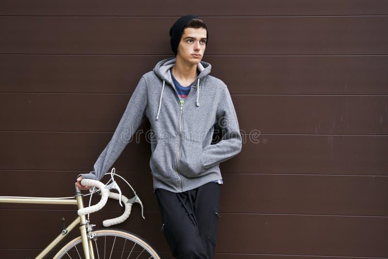 Muchacho con la bicicleta fotografía de archivo