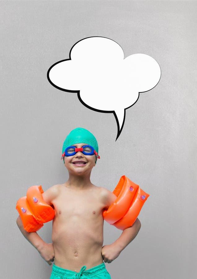 Muchacho con la burbuja del discurso lista para nadar contra fondo gris foto de archivo