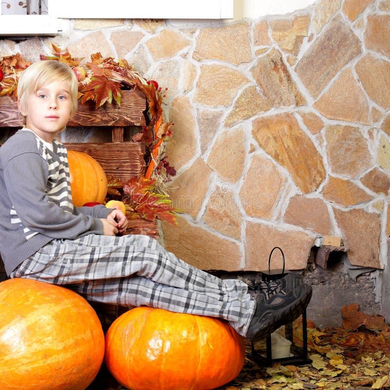 Muchacho con la calabaza de otoño imagen de archivo
