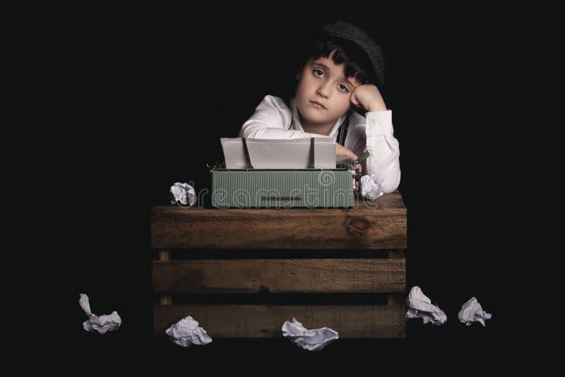 Muchacho con la máquina de escribir fotografía de archivo