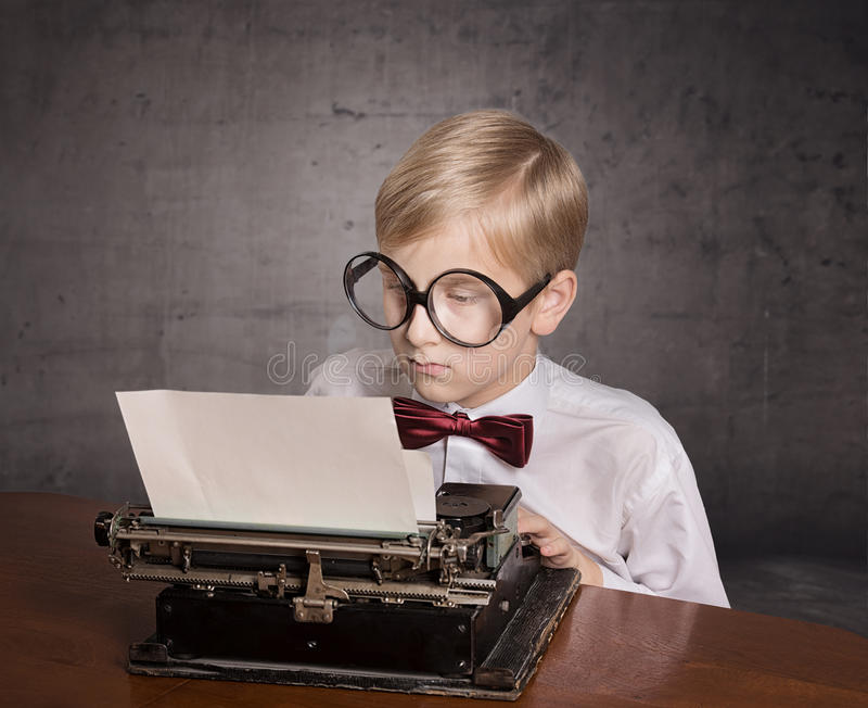 Muchacho con la máquina de escribir vieja foto de archivo
