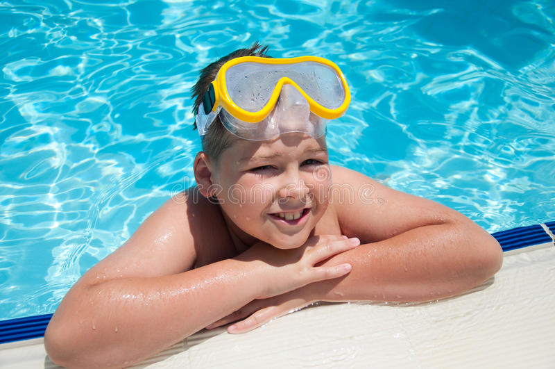 Muchacho con la máscara para bucear en la piscina fotos de archivo