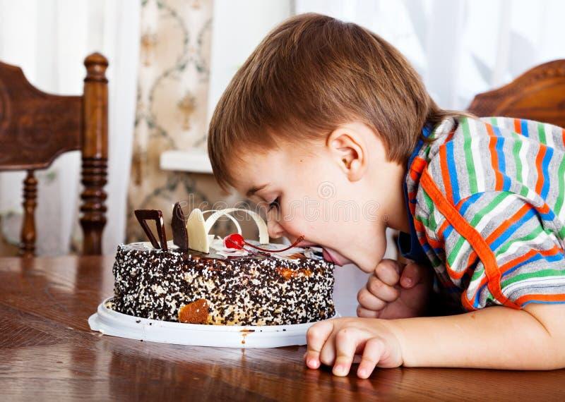Muchacho con la torta imagen de archivo libre de regalías