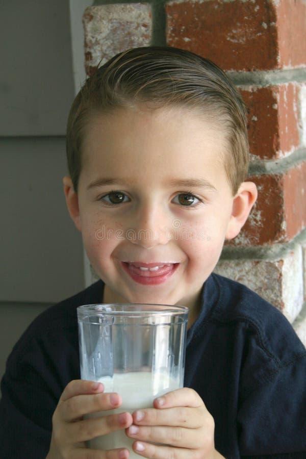 Muchacho con leche fotos de archivo