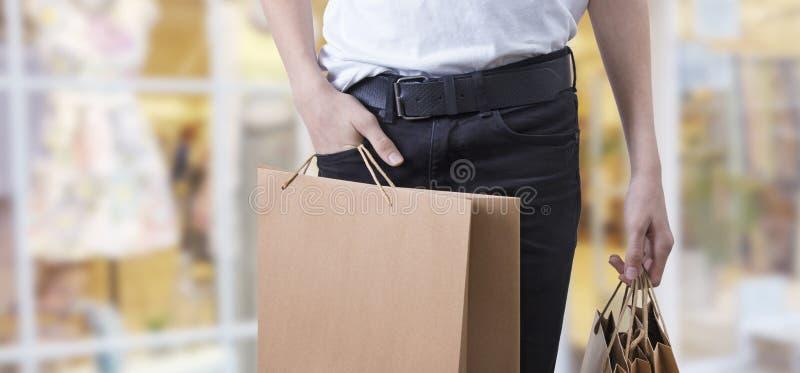 Muchacho con los bolsos de compras foto de archivo libre de regalías