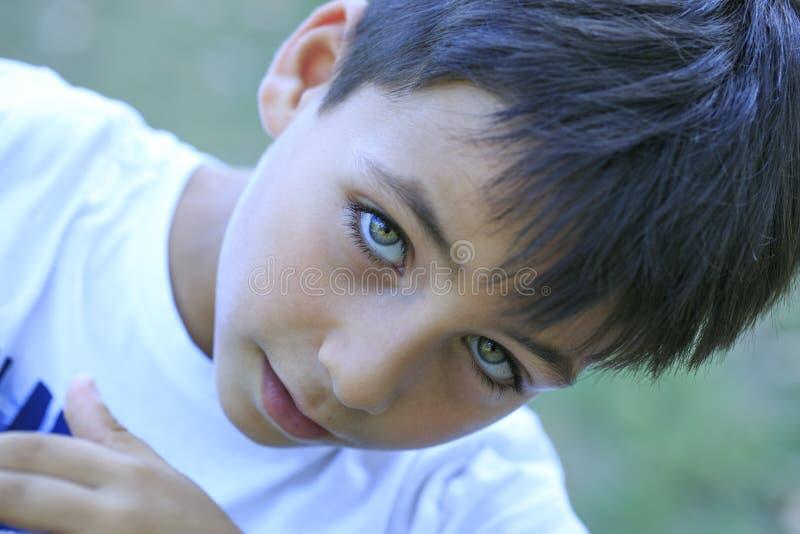 Muchacho con los ojos verdes hermosos foto de archivo
