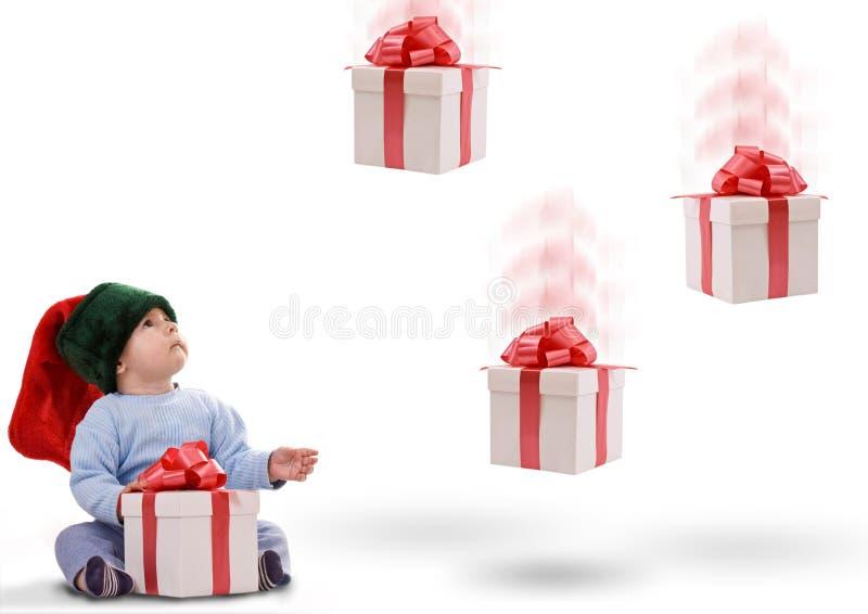 Muchacho con los regalos que caen abajo imagenes de archivo