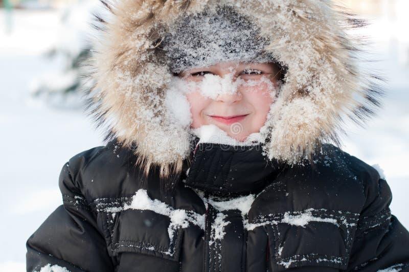 Muchacho con nieve en su cara fotos de archivo libres de regalías