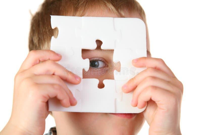 Muchacho con rompecabezas del agujero imagen de archivo libre de regalías
