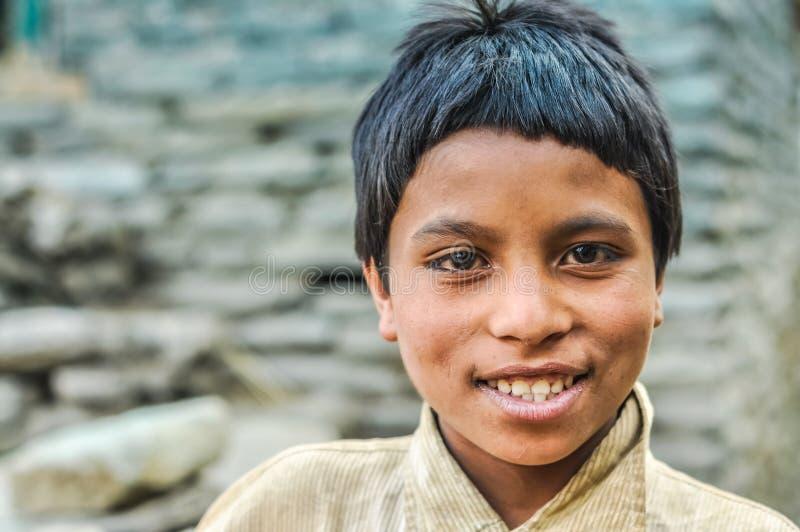 Muchacho con sonrisa agradable en Nepal foto de archivo