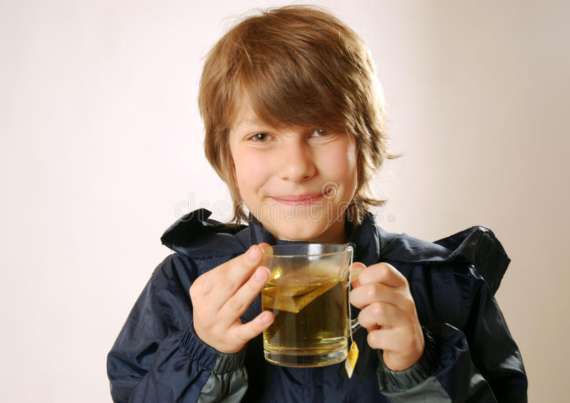 Muchacho con té imagen de archivo