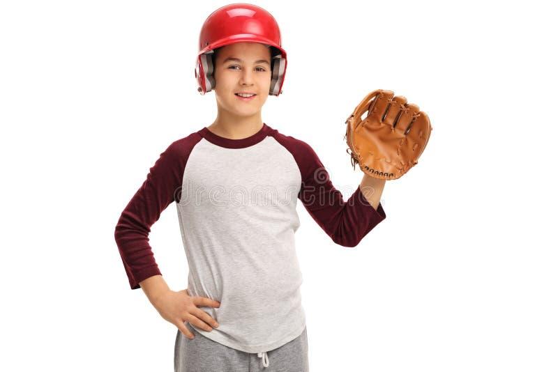 Muchacho con un guante de béisbol y un casco imagen de archivo
