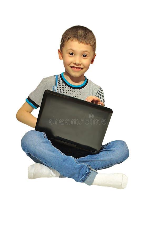 Muchacho con un ordenador portátil, persona sorprendida foto de archivo
