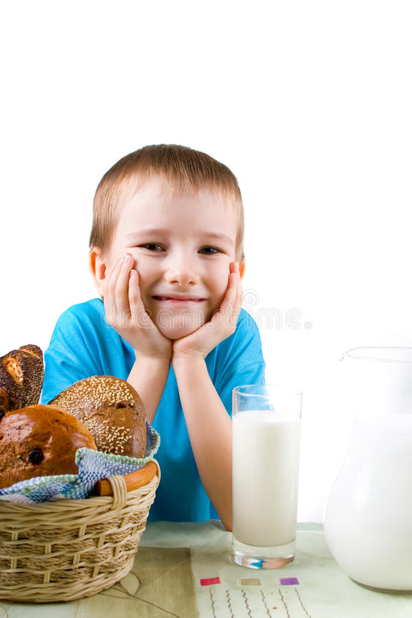 Muchacho con un pan y una leche imagen de archivo