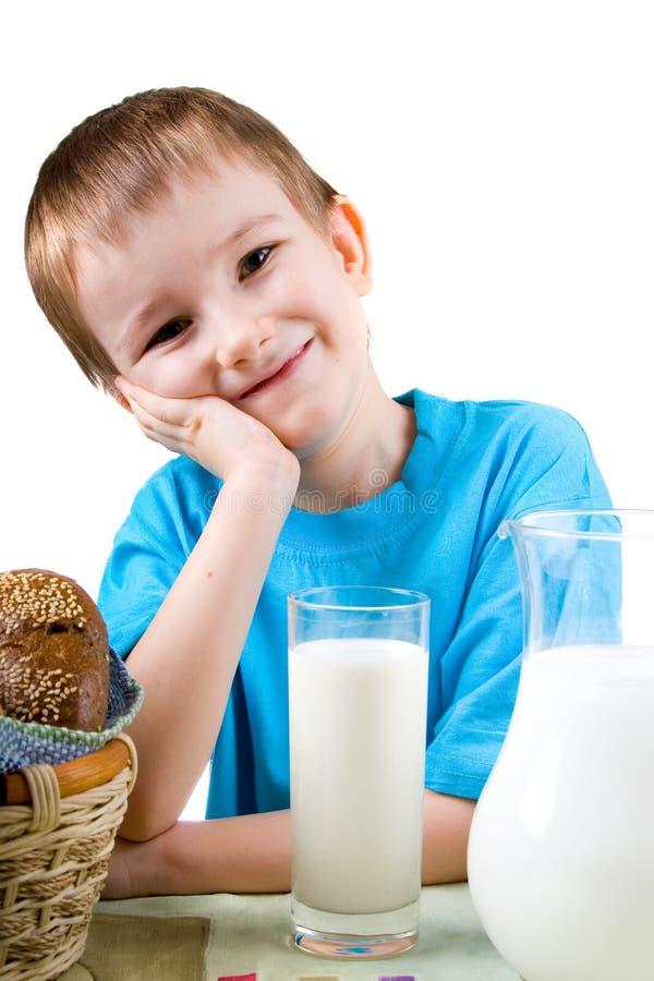 Muchacho con un pan y una leche foto de archivo libre de regalías