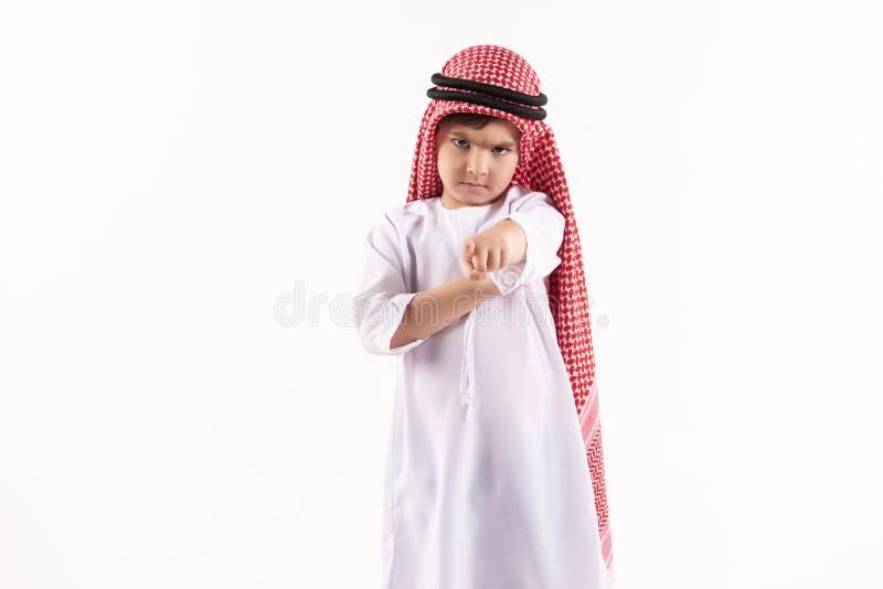 Muchacho contrariedad árabe en finger de los puntos del keffiyeh fotografía de archivo