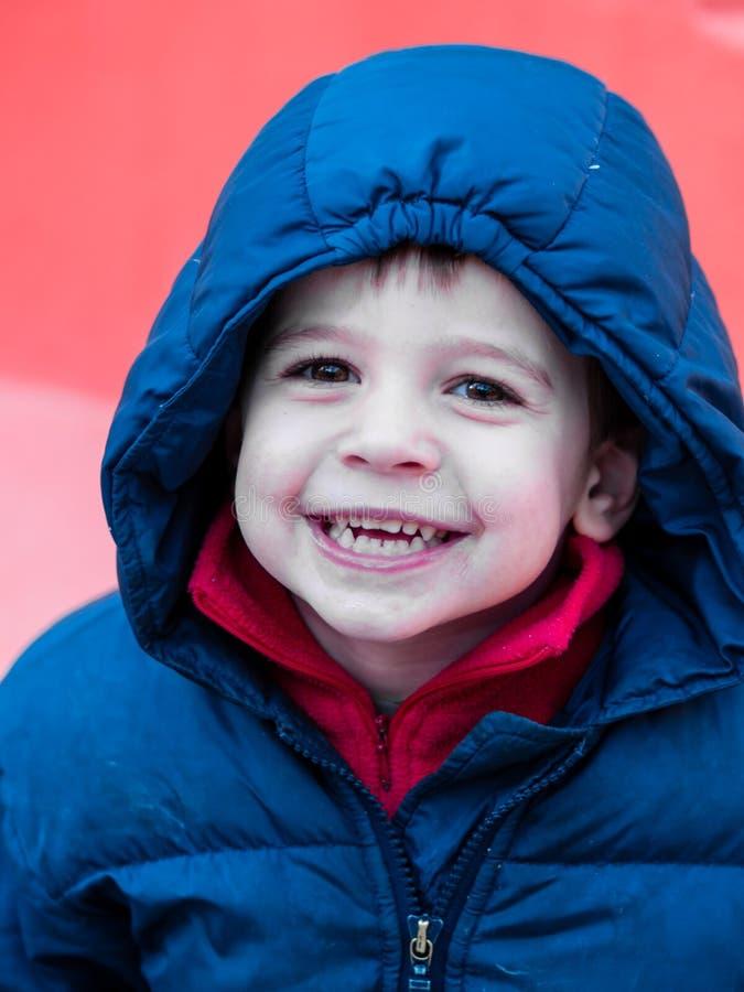 Muchacho de 4 años con la chaqueta con capucha imagen de archivo libre de regalías